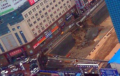 哈尔滨市南岗区地铁在建工程水泥护墙坍塌 网民徐先生提供
