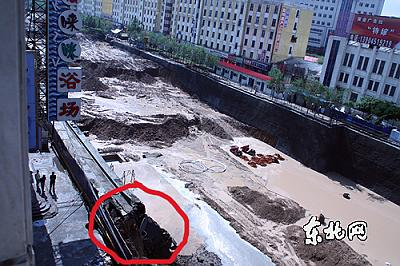 从泰山电子城楼上看坍塌现场(红圈处) 东北网记者 陈静摄
