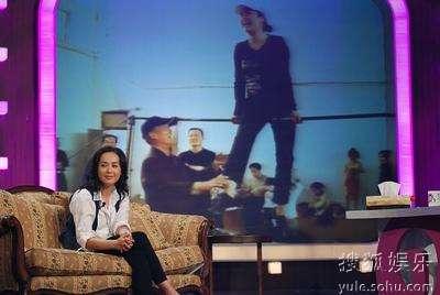 蒋雯丽开心地看着节目组制作的纪录片片段