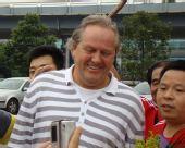 图文:[中超]阿里汉抵达重庆 球迷与阿里汉合影