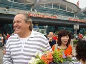 图文:[中超]阿里汉抵达重庆 阿里汉满面春风