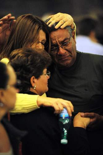 里约热内卢,2009年6月5日 巴西里约举行仪式为法航失踪飞机乘客祈祷 6月4日,在巴西里约热内卢坎德拉里亚教堂,遇难者家属在仪式结束后相互安慰。当日,人们来到坎德拉里亚教堂为法航失踪飞机乘客祈祷并默哀。 新华社记者 宋为伟 摄