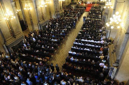 里约热内卢,2009年6月5日 巴西里约举行仪式为法航失踪飞机乘客祈祷 6月4日,人们在巴西里约热内卢坎德拉里亚教堂,为法航失踪飞机乘客祈祷并默哀。 新华社记者 宋为伟 摄