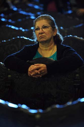 里约热内卢,2009年6月5日 巴西里约举行仪式为法航失踪飞机乘客祈祷 6月4日,在巴西里约热内卢坎德拉里亚教堂,一位市民在祈祷仪式结束后仍不愿离开。当日,人们来到坎德拉里亚教堂为法航失踪飞机乘客祈祷并默哀。 新华社记者 宋为伟 摄