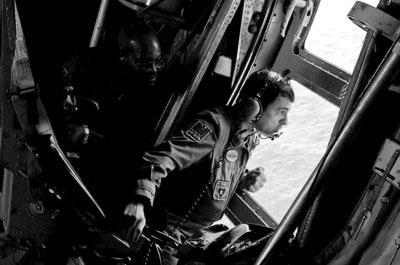 巴西军方继续在法航客机残骸散落海域上空进行搜寻工作