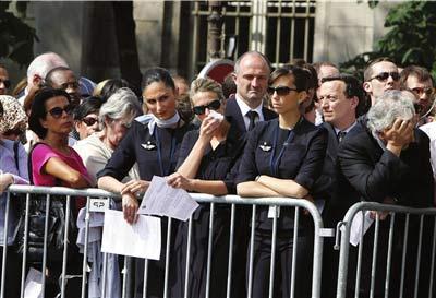 ▲3日,法航工作人员在参加哀悼活动时落泪。