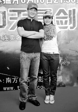 连奕名开玩笑地说徐雅祺(右)太重,自己背不动。