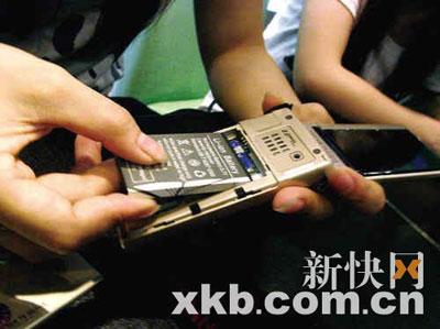 ■小曾的手机死机后,只能拆下电池重装才能解决问题。王娟 辛捷恺/摄