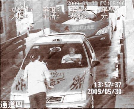 起因是该司机质疑广邻高速邻水收费站收取的过路费,警方已经介入调查