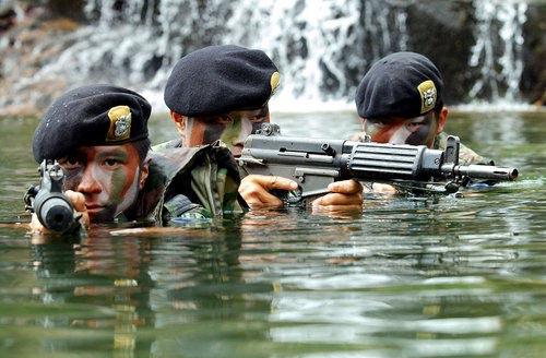 6月4日,韩国海军陆战队在韩国龙平岛举行大规模军事演习。