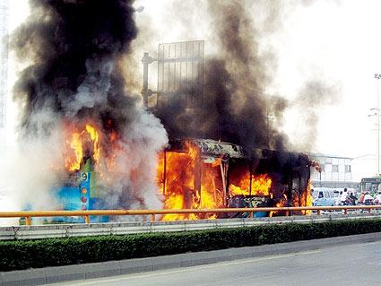 今晨,成都公交车燃烧现场 摄/阿邦