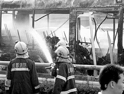消防官兵赶到现场扑救大火