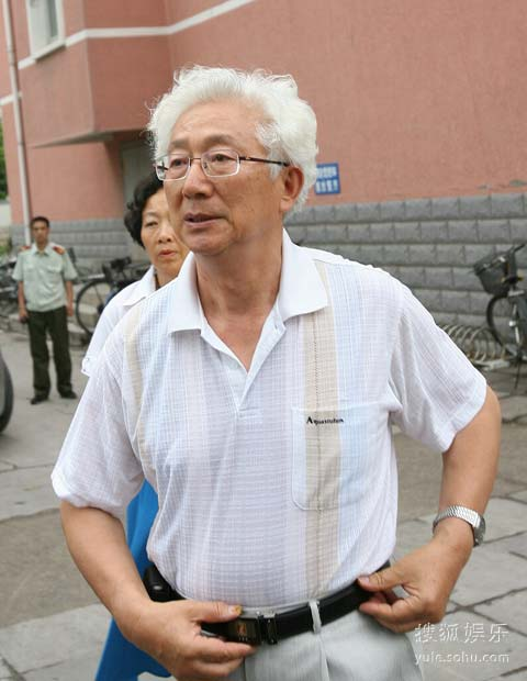 快讯:老播音员陈铎白发苍苍送罗京图片