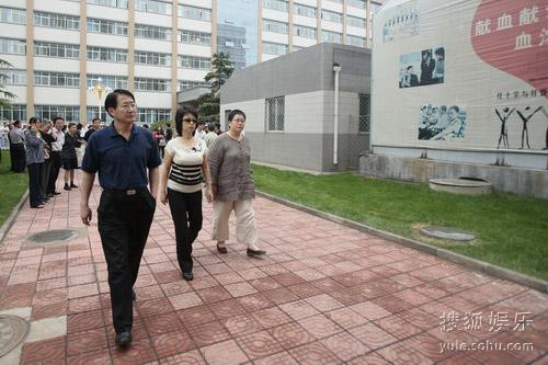 图:罗京病逝 央视主持人张越、黄薇前来悼念