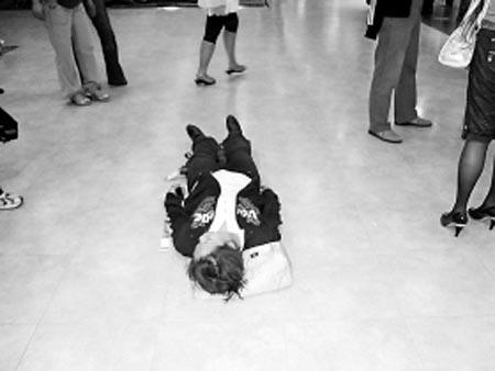 女子躺在地上 本报记者 聂莎 摄