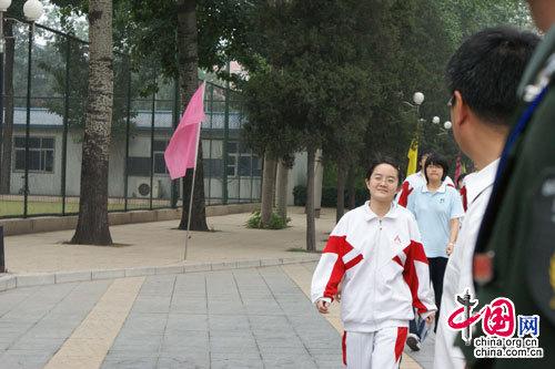 中国人民大学附属中学考点首门考试结束后第一名出校门的考生(实习生 夏丽梅摄)