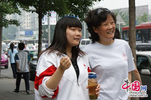 中国人民大学附属中学考点首门考试结束后一名考生与母亲(实习生 夏丽梅摄)