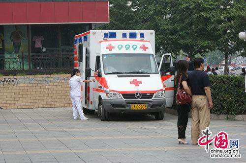 中国人民大学附属中学门口的急救车(实习生 夏丽梅摄)