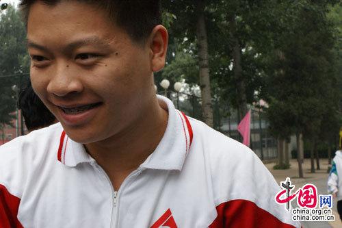 中国人民大学附属中学考点首门考试结束后其中一名出校门的考生(实习生 夏丽梅摄)