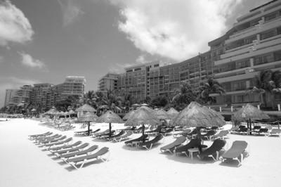 位于墨西哥度假胜地坎昆的酒店外,海滩空空荡荡