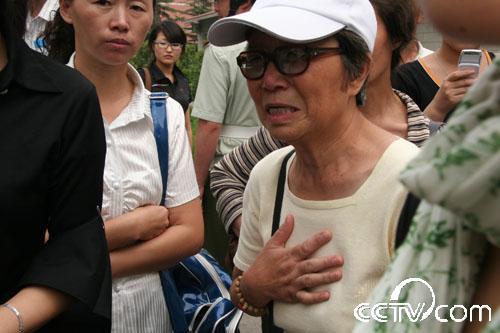 图:众多群众纷纷前往307医院吊唁罗京-- (3)