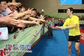 图文:中国乒乓球公开赛友谊赛 王励勤互动