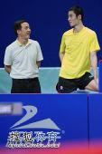 图文:中国乒乓球公开赛友谊赛 王励勤场边观战