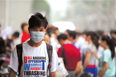 昨天,北京24中考点一名考生戴着口罩进入考场。本报记者范继文摄