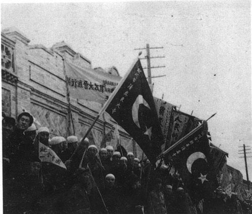 银川市民和穆斯林群众夹道欢迎解放军入城