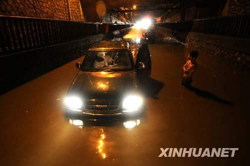 6月8日凌晨,一辆汽车在柳州市红碑路积水中熄火。新华社发