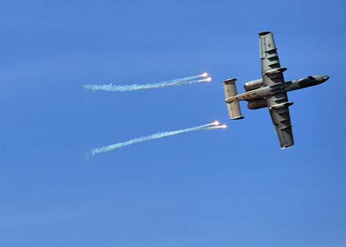 资料图:驻韩美军攻击机发射干扰弹