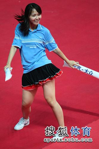 图文:国乒女团4-1世界联队 美女超短裙上阵