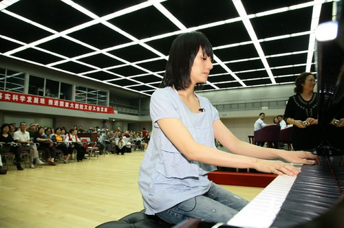 袁泉现场演奏《简•爱》的主题曲,这也是该曲的首度亮相