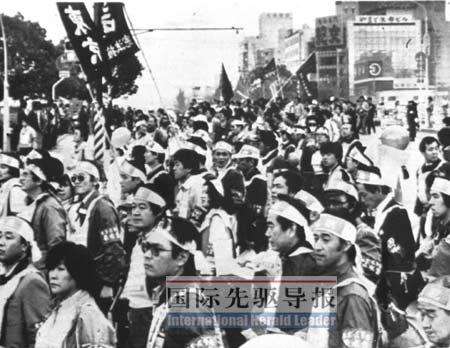 图为1982年3月21日,日本广岛工人集会反对核武器。事实上,日本政府与美国早有密约默许美国携核武器入境。本报资料图