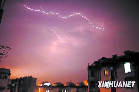 5日,安徽含山县出现雷雨天气 新华社发