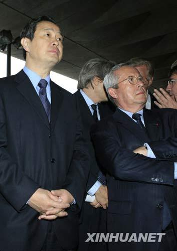 6月8日,中国驻法国大使孔泉(左)和法国航空公司首席执行官皮埃尔-亨利・古尔容目送法航失事客机中国乘客的家属乘坐的大巴离开巴黎戴高乐机场