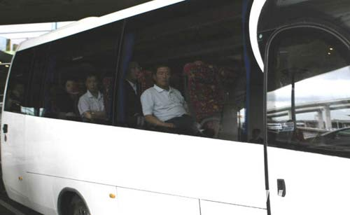 6月8日,法航失事客机中国乘客的家属抵达法国巴黎戴高乐机场。当天,十几位法航失事客机中国乘客的家属抵达巴黎,处理善后事宜。新华社记者张玉薇摄