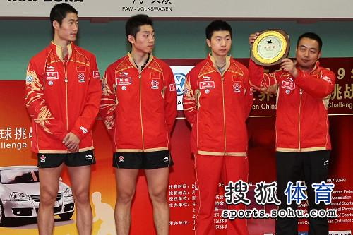 刘国梁展示奖牌