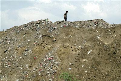 除了渣土、砖石等建筑垃圾,垃圾山上还有一些生活垃圾。