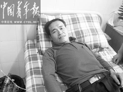 37岁的武隆县铁矿乡百胜村村民陈云开遭遇山体滑坡,受了轻伤,在医院接受治疗。  本报记者 田文生摄