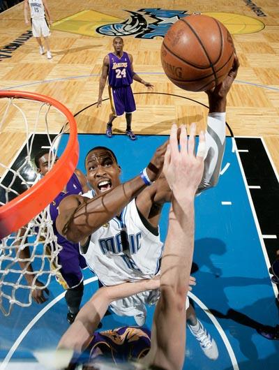图文:[NBA总决赛]湖人VS魔术 霍华德左手上篮