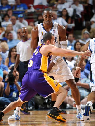 图文:[NBA总决赛]湖人VS魔术 霍华德挡拆-搜狐