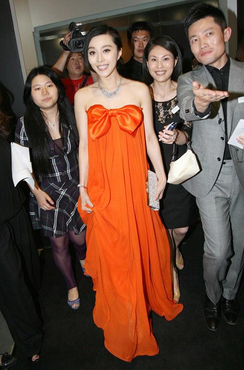 5月19日晚,某珠宝举行新品发布酒会,范冰冰以一身橙色无肩拽地长裙颇具女王范儿的压轴现身。