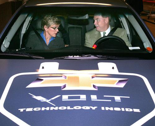 密歇根州州长Jennifer-Granholm与通用汽车总裁兼CEO韩德胜试驾雪佛兰Volt