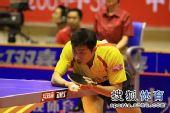 图文:王励勤发威上海3-1锦州 许昕准备发球