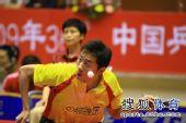 图文:王励勤发威上海3-1锦州 许昕正在发球