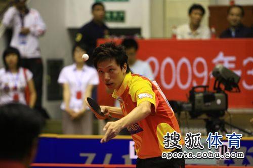 图文:王励勤发威上海3-1锦州 雷振华发球瞬间