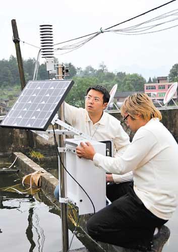 市气象台工作人员对应急气象站设备进行检查
