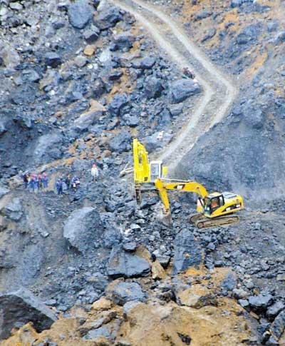 """昨日,两台大型机械设备在山体垮塌现场开辟""""生命通道"""""""