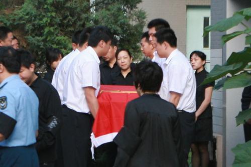 罗京追悼会现场 妻子刘继红含泪送别丈夫- 1